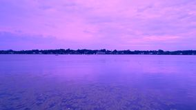 Amanecer video aéreo sobre el lago almacen de video