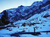 Amanecer y oscuridad bajo top de Santis y del macizo Alpstein de la montaña foto de archivo libre de regalías