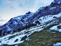 Amanecer y oscuridad bajo top de Santis y del macizo Alpstein de la montaña fotos de archivo