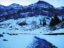 Amanecer y oscuridad bajo top de Santis y del macizo Alpstein de la montaña imagen de archivo libre de regalías