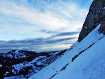 Amanecer y oscuridad bajo top de Santis y del macizo Alpstein de la montaña fotografía de archivo
