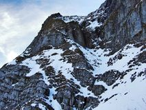 Amanecer y oscuridad bajo top de Santis y del macizo Alpstein de la montaña imagenes de archivo