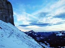 Amanecer y oscuridad bajo top de Santis y del macizo Alpstein de la montaña fotos de archivo libres de regalías