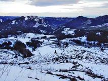 Amanecer y oscuridad bajo top de Santis y del macizo Alpstein de la montaña foto de archivo