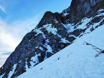 Amanecer y oscuridad bajo top de Santis y del macizo Alpstein de la montaña imagen de archivo