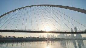 Amanezca en el fondo del puente en el área del Griego de Dubai metrajes