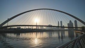 Amanezca en el fondo del puente en el área del Griego de Dubai Tiroteo en el movimiento con un estabilizador electrónico metrajes