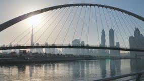 Amanezca en el fondo del puente en el área del Griego de Dubai Tiroteo en el movimiento con un estabilizador electrónico almacen de metraje de vídeo