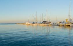 Amanezca en el puerto en las literas con los yates Foto de archivo