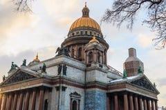Amanezca en la ciudad, catedral de Isaac del santo en St Petersburg Foto de archivo