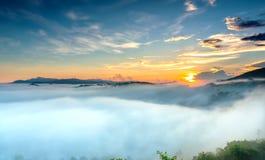 Amanezca en meseta por mañana con el cielo colorido Fotografía de archivo libre de regalías