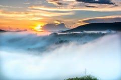 Amanezca en meseta por mañana con el cielo colorido Imágenes de archivo libres de regalías