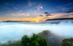 Amanezca en meseta por mañana con el cielo colorido Imagen de archivo