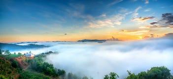 Amanezca en meseta por mañana con el cielo colorido Fotos de archivo libres de regalías