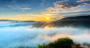 Amanezca en meseta por mañana con el cielo colorido Fotografía de archivo