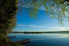 Amanezca sobre la superficie reservada del agua del lago Imágenes de archivo libres de regalías
