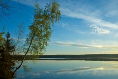 Amanezca sobre la superficie reservada del agua del lago El azul de la mañana Imagen de archivo libre de regalías