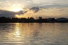 Amanhecer bonito em Chao Praya River, Tailândia imagens de stock