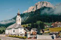 Amanhecer com névoa em uma vila alpina foto de stock royalty free