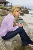 Amanhecer da jovem mulher na praia Fotografia de Stock
