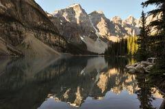 Amanhecer da moraine do lago em tudo é beleza, Alberta, Canadá Imagens de Stock