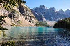 Amanhecer da moraine do lago em tudo é beleza, Alberta, Canadá Fotografia de Stock