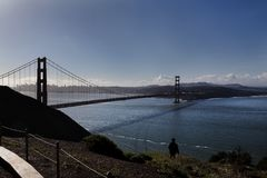 Amanhecer de golden gate bridge que olha para San Francisco Fotos de Stock Royalty Free