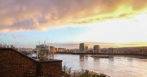 Amanhecer de Tamisa do rio que olha para Londres do sudeste foto de stock royalty free