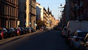 Amanhecer do nascer do sol, o sol brilha nos carros estacionados imagem de stock
