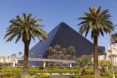 Amanhecer em Las Vegas, nanovolt do hotel de Luxor o 19 de abril de 2013 Imagens de Stock Royalty Free