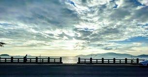 Amanhecer em uma cidade litoral Imagem de Stock Royalty Free