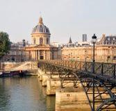 Amanhecer na ponte de Pont des Arts & na construção de Institut de France Foto de Stock Royalty Free