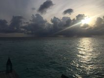Amanhecer nas nuvens e no reflexo do oceano de Maldivas Imagem de Stock Royalty Free