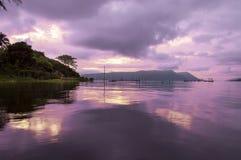 Amanhecer no lago Toba. Fotos de Stock Royalty Free