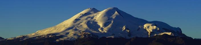 Amanhecer no pé de Elbrus imagens de stock royalty free