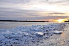 Amanhecer no rio de Dnieper com uma pilha de gelo quebrado Fotografia de Stock