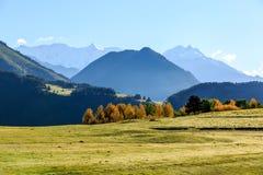 Amanhecer no vale verde em montanhas de Cáucaso geórgia Tusheti foto de stock