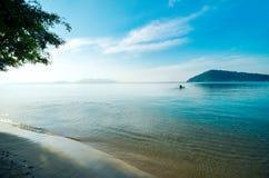 Amanhecer, o caiaque navega à ilha Os turistas montam um caiaque pelo mar, dirigindo ao abrandamento da ilha Fotos de Stock