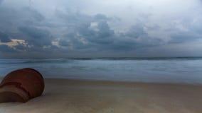 Amanhecer video do lapso de tempo na praia do mar raging no clima de tempestade nebuloso vídeos de arquivo