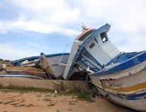 Łamani shipwrecks po disembarkation uchodźcy Fotografia Royalty Free
