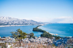 Amanohashidate-Brücke zum Himmelsstandpunkt im Winter stockbild