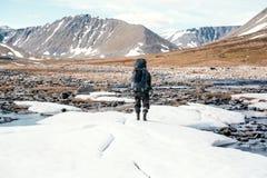 Amant des montagnes tramp Le voyageur Le paysage des Monts Oural Paysage de la Russie Images stock
