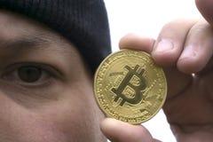 Amant fol de bitcoin avec une pièce d'or dans votre main, mineur drôle avec BTC près du visage Photos stock
