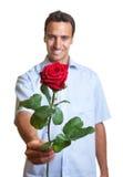 Amant latin avec une rose rouge Images libres de droits