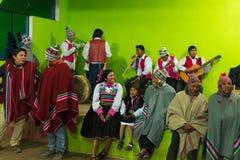 Amantani,秘鲁- 2015年8月31日:进行传统舞蹈的游人、音乐家和当地人民户内在Aamatani海岛,山雀 库存图片