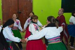 Amantani,秘鲁- 2015年8月31日:进行传统舞蹈的游人、音乐家和当地人民户内在Aamatani海岛,山雀 免版税图库摄影