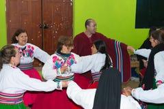 Amantani,秘鲁- 2015年8月31日:进行传统舞蹈的游人、音乐家和当地人民户内在Aamatani海岛,山雀 库存照片