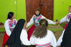 Amantani, Perú - 31 de agosto de 2015: turista, músicos y gente local realizando danza tradicional dentro en la isla de Aamatani, Foto de archivo libre de regalías