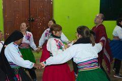 Amantani, Perú - 31 de agosto de 2015: turista, músicos y gente local realizando danza tradicional dentro en la isla de Aamatani, Fotografía de archivo libre de regalías