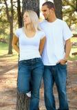 Amante caucasiano novo que tem o argumento no parque Fotografia de Stock Royalty Free